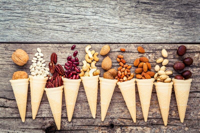 自创各种各样的胡说的冰淇凌的概念 在waffl的混杂的坚果 免版税库存照片