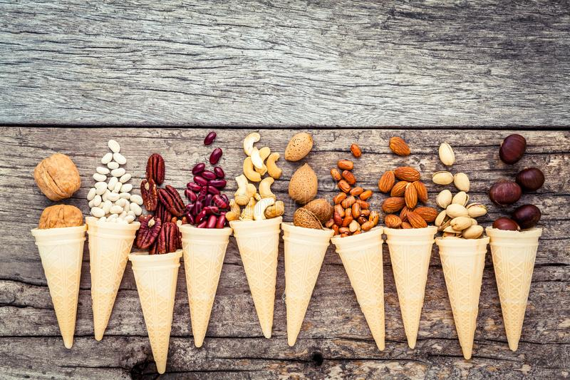 自创各种各样的胡说的冰淇凌的概念 在waffl的混杂的坚果 图库摄影