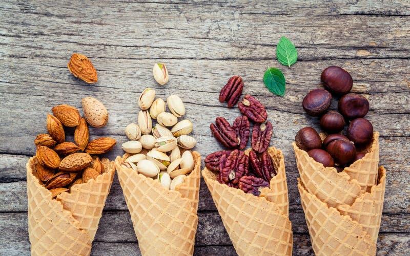 自创各种各样的胡说的冰淇凌的概念 在waffl的混杂的坚果 免版税库存图片