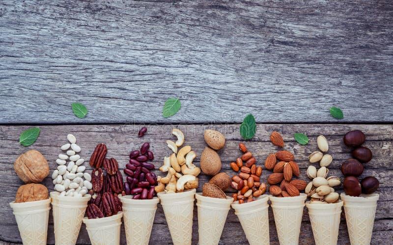 自创各种各样的胡说的冰淇凌的概念 在waffl的混杂的坚果 库存照片