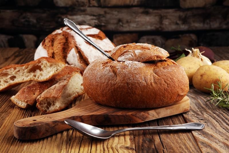 自创土豆奶油汤,供食在面包碗 免版税库存照片