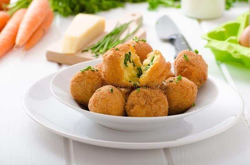 自创土豆炸丸子用巴马干酪和香葱 库存图片