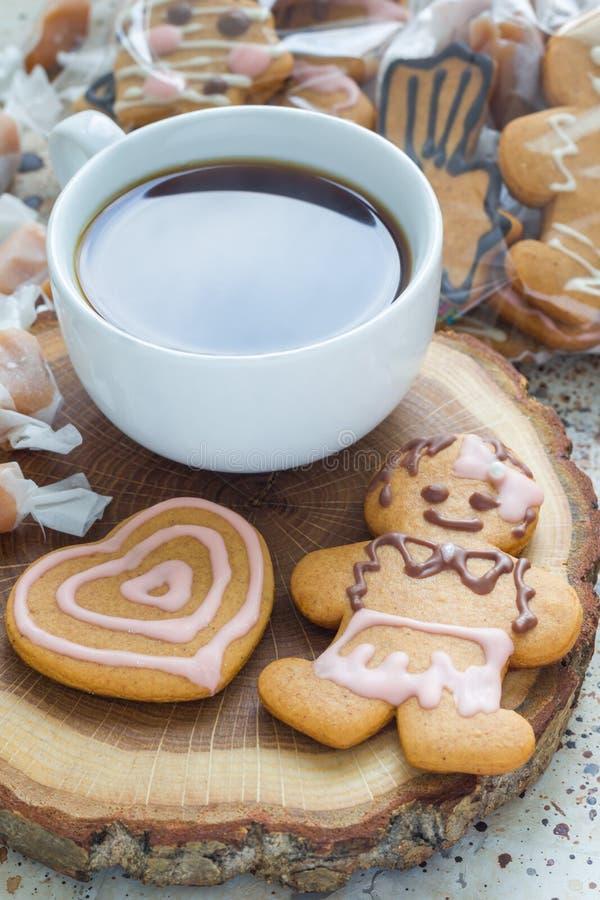自创圣诞节姜饼曲奇饼和咖啡在木板的,垂直 库存照片