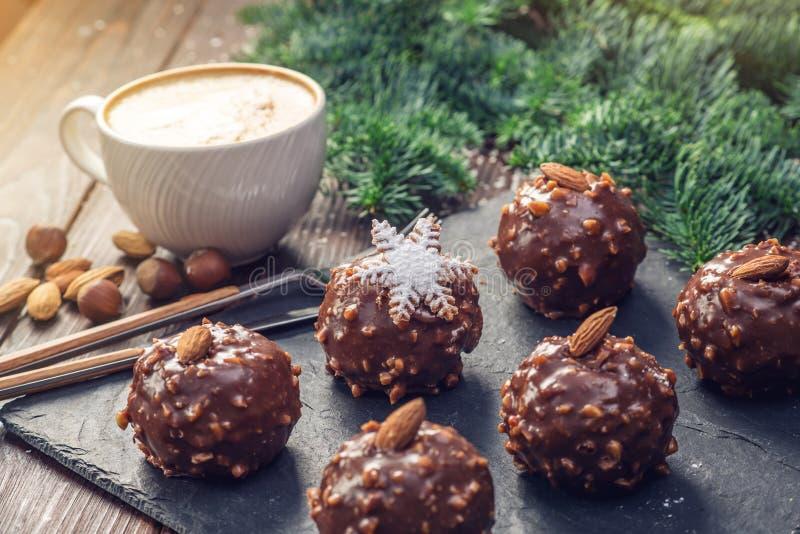 自创圣诞节或新年假日与坚果的巧克力果仁巧克力在木背景 欢乐点心的概念 免版税库存图片