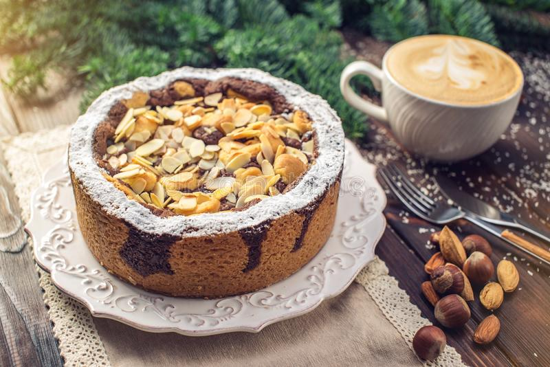 自创圣诞节或新年假日与坚果的巧克力饼在木桌背景 欢乐点心的概念 免版税库存图片