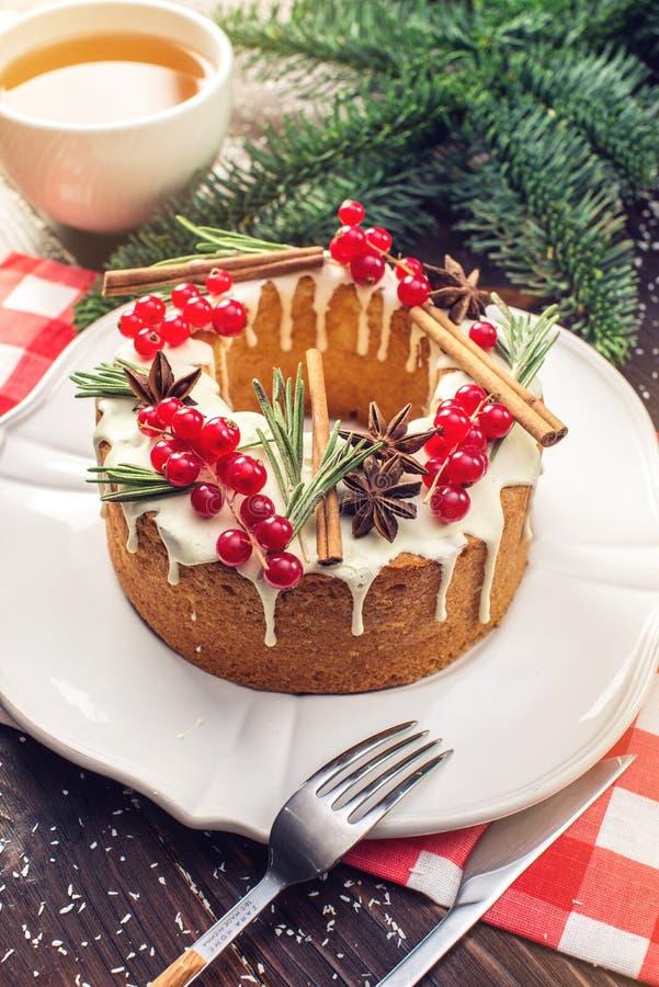 自创圣诞节或新年假日莓果蛋糕装饰了无核小葡萄干和迷迭香 欢乐点心的概念 库存照片
