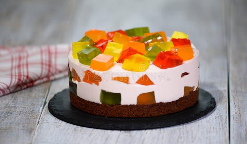 自创在板材的果子牛奶店多彩多姿的果冻蛋糕 免版税库存照片
