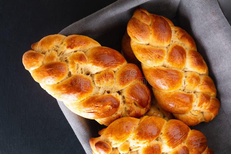 自创在面包篮子的食物概念新鲜的被烘烤的面包辫子鸡蛋面包面团与拷贝空间 免版税库存照片