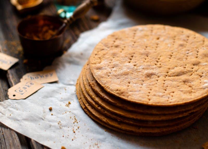 自创堆俄国传统蜜糕被烘烤的层在烘烤的纸的在木土气桌上 免版税图库摄影