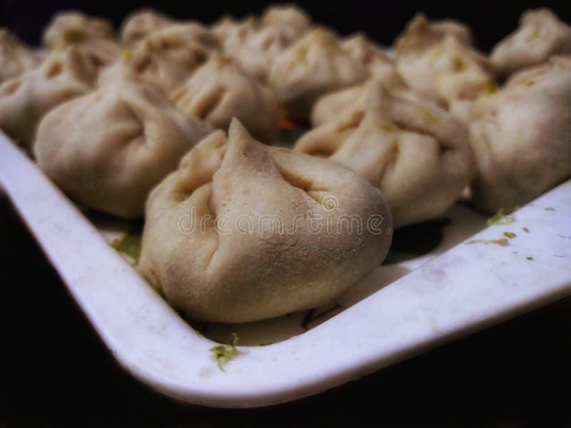 自创尼泊尔传统饺子momos蒸了/油煎 免版税库存照片