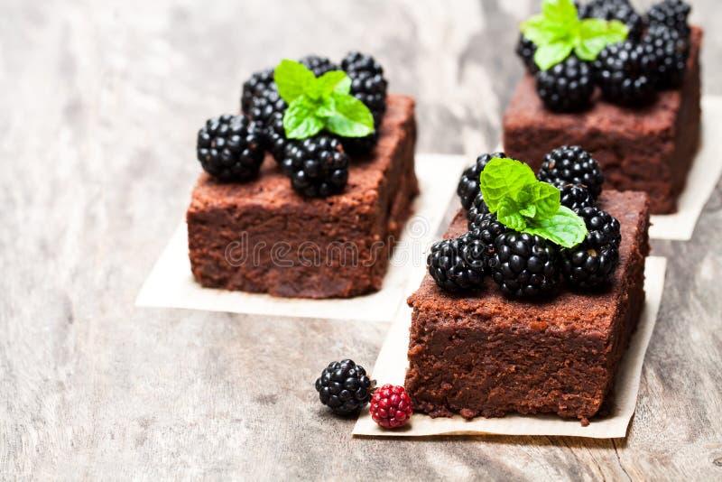 自创巧克力果仁巧克力切片用在木桌上的莓果 图库摄影