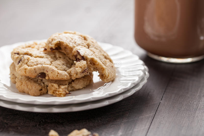 自创巧克力片麦甜饼宏观射击  免版税图库摄影