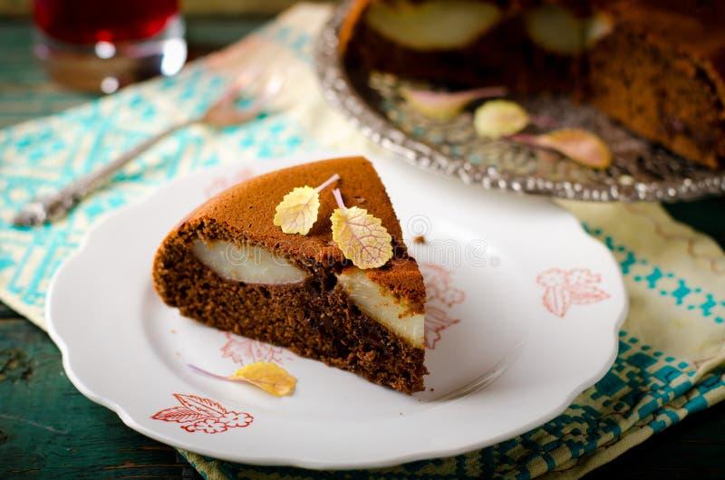 自创巧克力蛋糕片断用梨 免版税库存照片