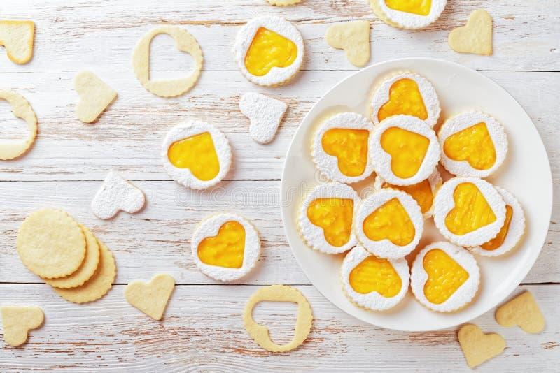 自创心形的linzer曲奇饼用芒果果酱 免版税库存照片