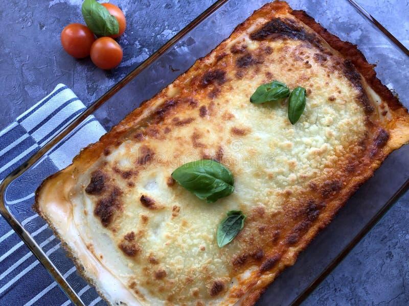 自创意大利面团烤宽面条 用与肉调味汁做交替的面团被堆积的层数博洛涅塞 库存图片