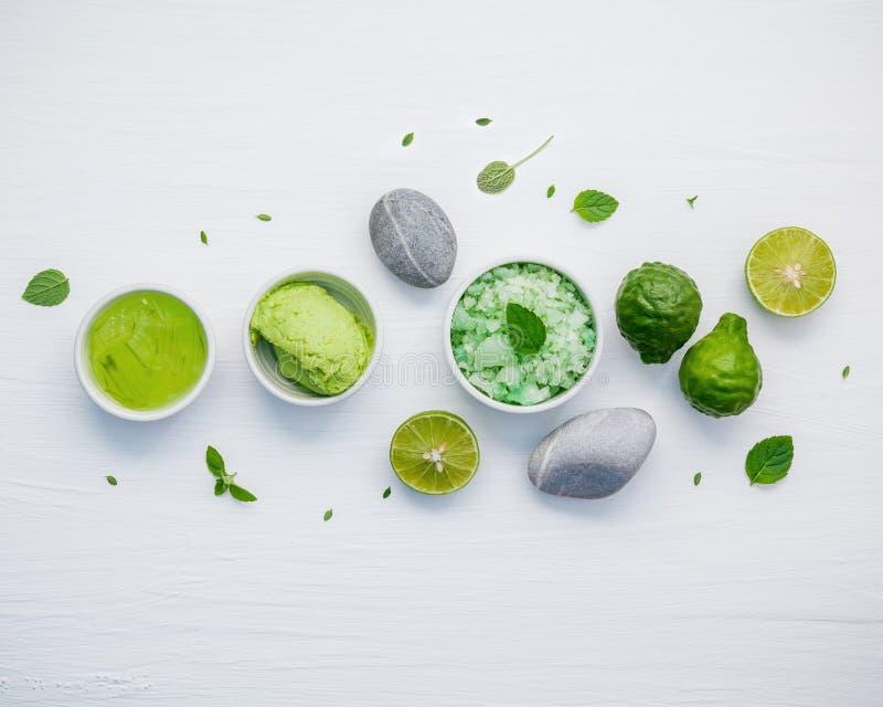 自创护肤和身体洗刷与绿色自然成份 免版税库存照片