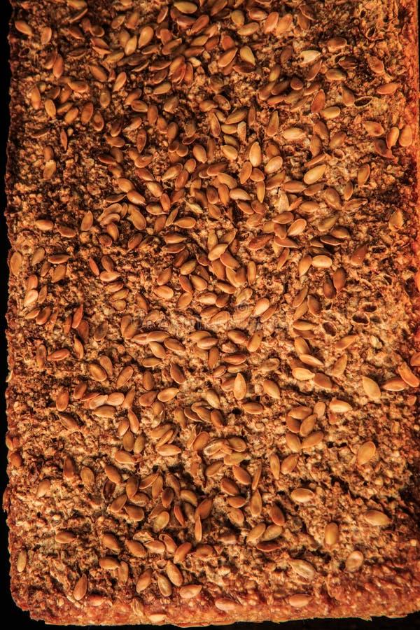 自创整个黑麦面包特写镜头表面与芝麻的 免版税库存照片