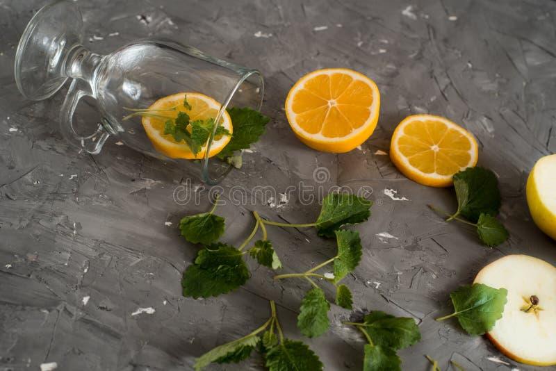 自创新鲜的柠檬水用薄菏、苹果和柠檬 装饰用新鲜水果和莓果 可能 免版税图库摄影