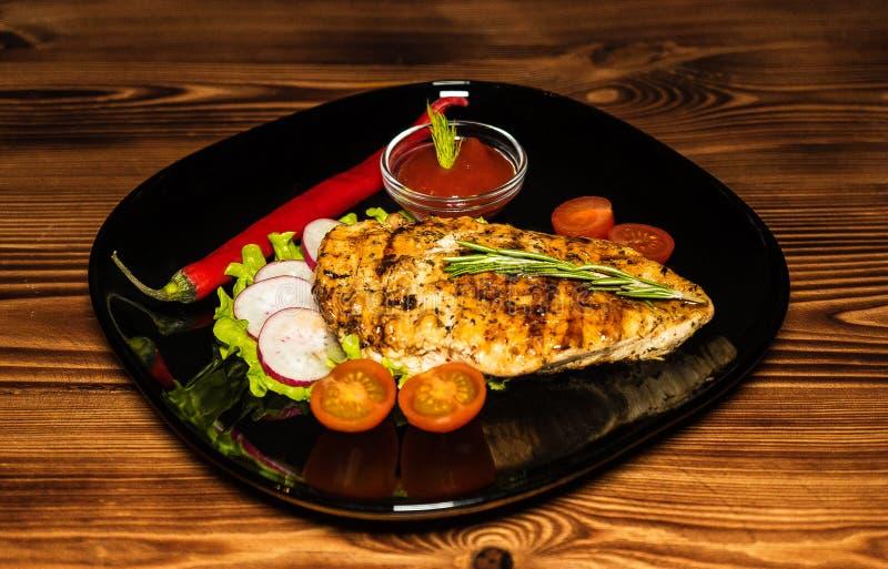 自创新鲜的盘用牛肉和新鲜蔬菜 图库摄影