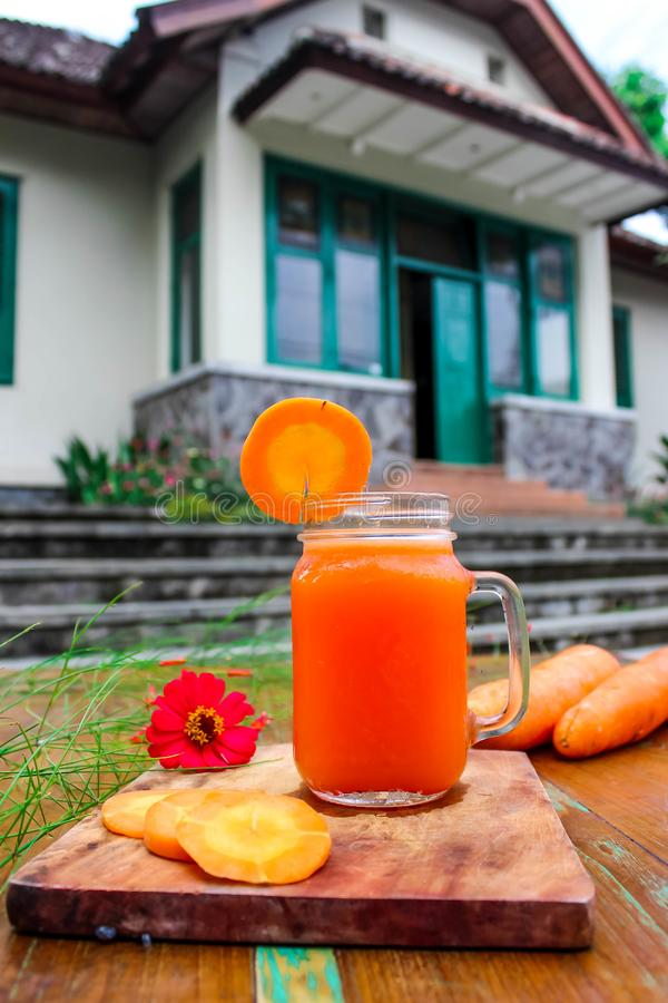 自创新鲜的红萝卜汁 图库摄影
