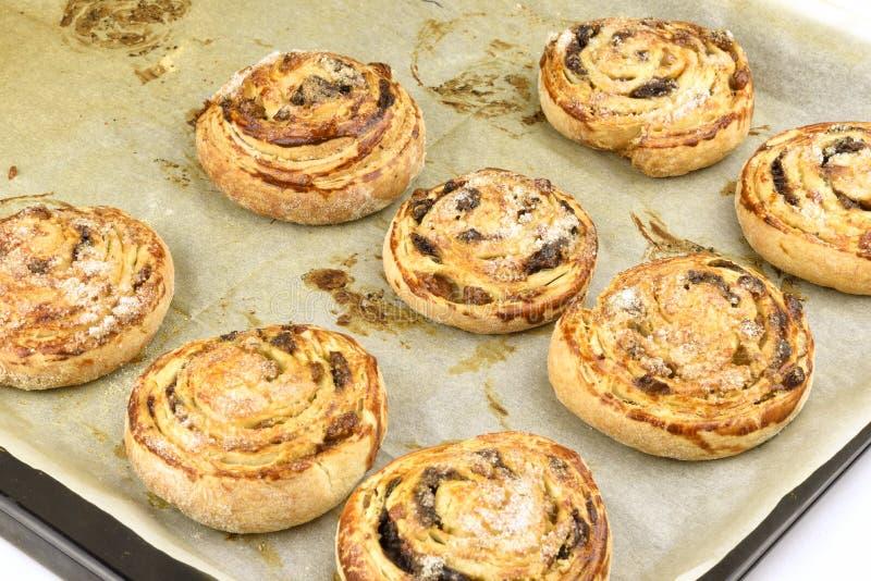 自创新cinnabon卷 甜酥皮点心面包店桂香小圆面包 免版税库存照片