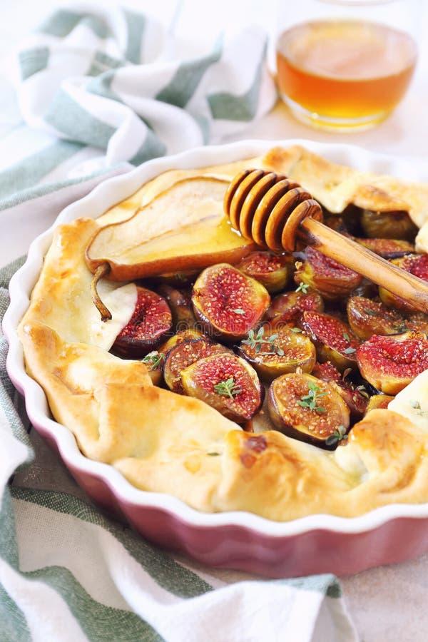 自创无花果galette饼用梨和蜂蜜 库存图片
