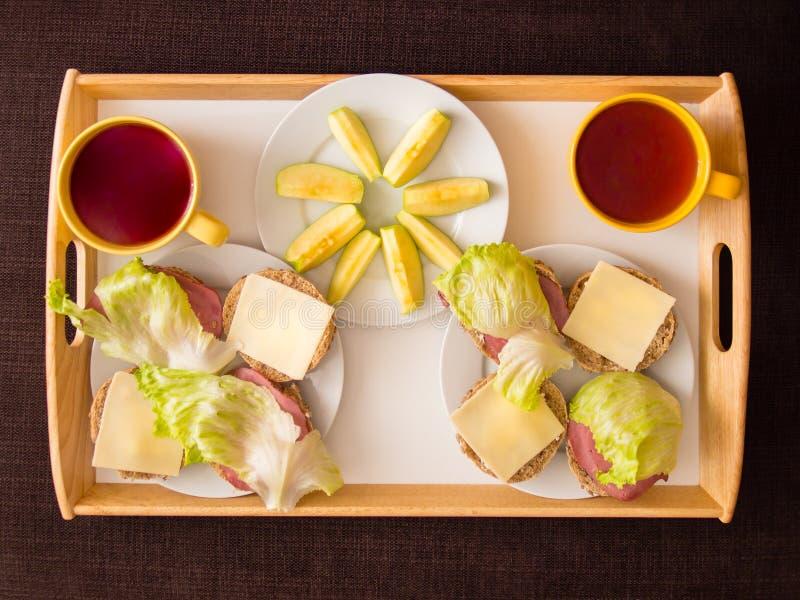 自创早餐:面包用乳酪、火腿和letuce,与appl 免版税库存照片