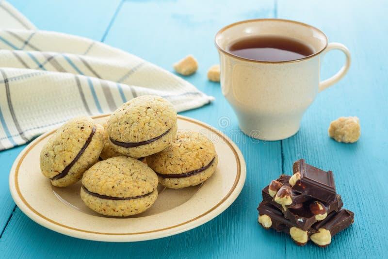 自创曲奇饼、巧克力和茶 库存照片