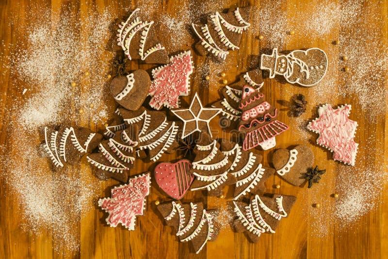 自创曲奇饼以各种各样的形状撒布用糖粉,魔术家 库存照片