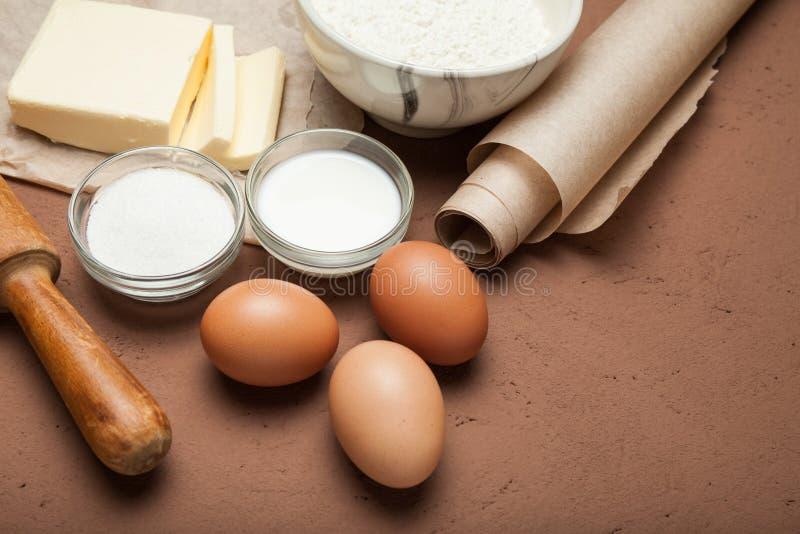 自创曲奇饼准备,面粉,鸡蛋,黄油,在棕色背景的糖 图库摄影