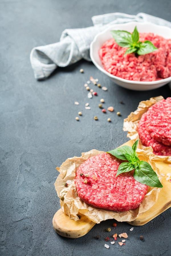 自创未加工的有机剁碎的牛肉肉和汉堡炸肉排 库存图片