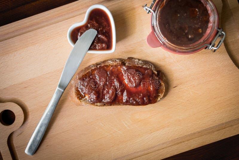 自创果酱用面包和刀子 库存照片