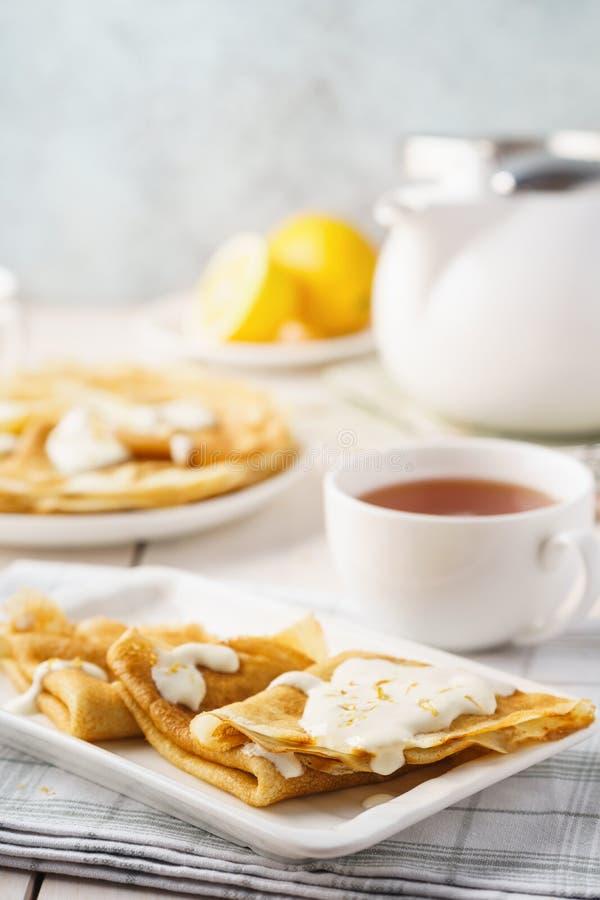 自创柠檬绉纱或俄式薄煎饼用乳脂状的调味汁 库存照片