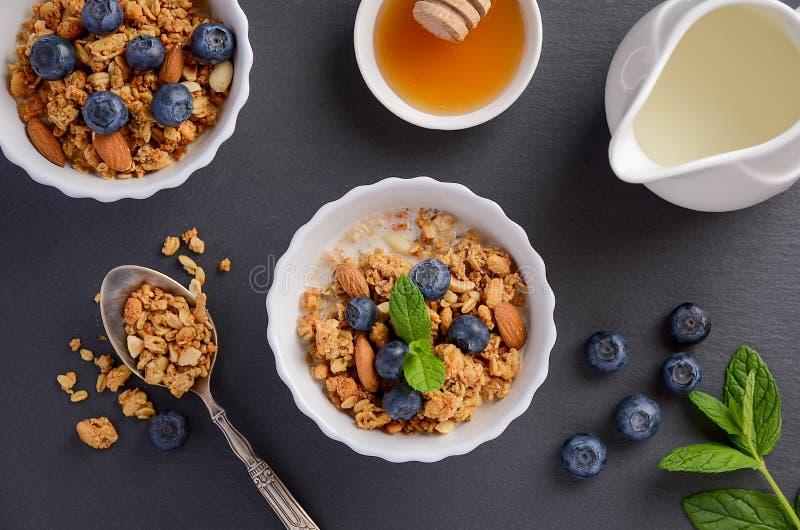 Download 自创格兰诺拉麦片用在黑背景的蓝莓 库存图片. 图片 包括有 酥脆, 可口, 五颜六色, 装饰, 饮食, 细菌学 - 72363989