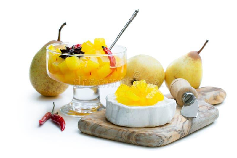 自创梨和辣椒酸辣调味品用山羊乳干酪在白色 免版税库存图片