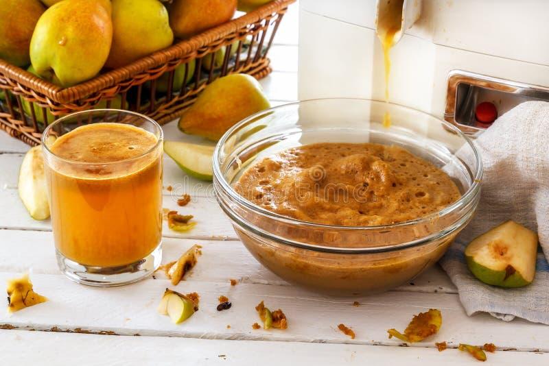 自创梨汁,按果子 小组梨和切的梨在白色木板 免版税库存照片