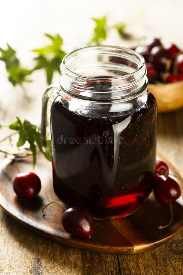 自创樱桃汁或者莓果柠檬水 免版税库存图片
