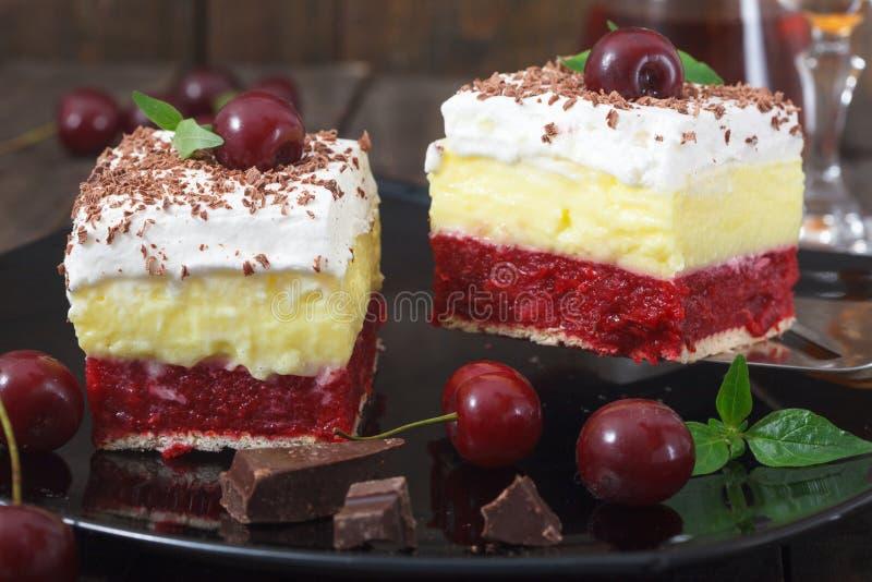 自创樱桃蛋糕用香草和纯奶油在木桌上 库存图片