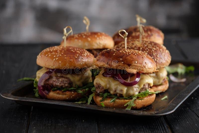 自创水多的汉堡用牛肉、乳酪和焦糖的葱 免版税图库摄影