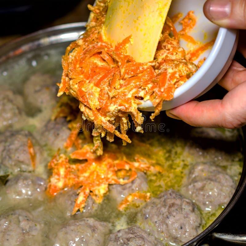 自创汤的准备用丸子和菜在a 库存图片