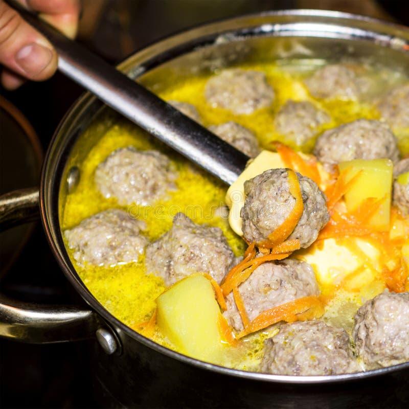 自创汤的准备用丸子和菜在a 免版税库存照片