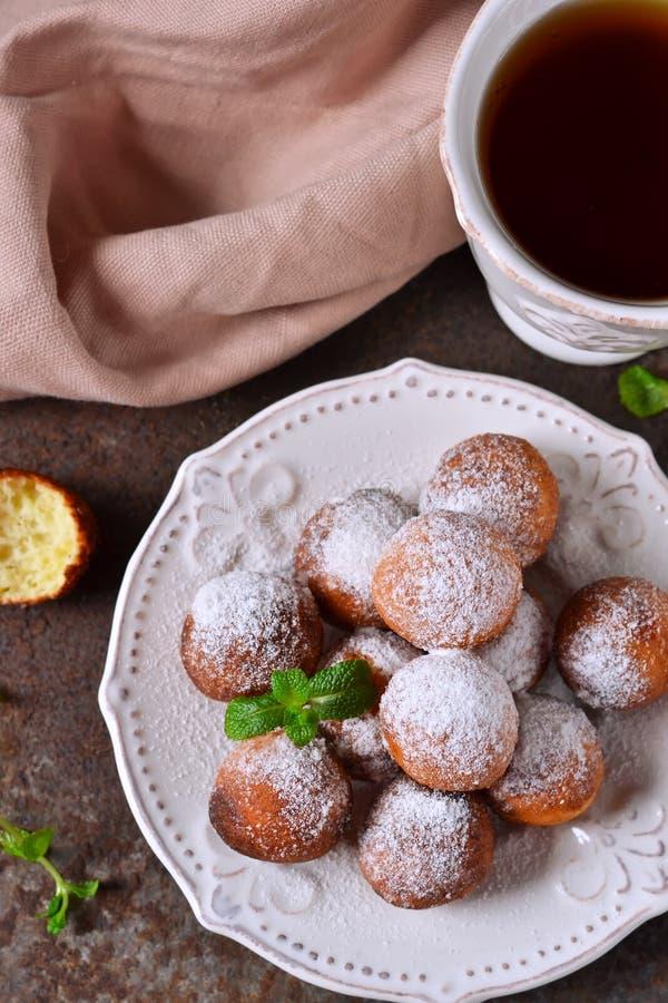 自创油炸圈饼用搽粉的糖早餐 免版税库存图片
