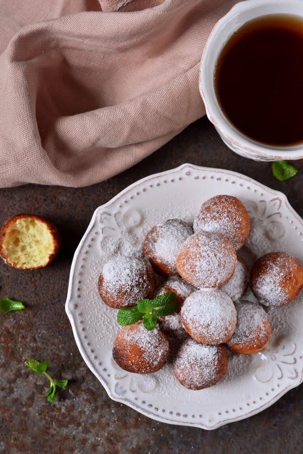 自创油炸圈饼用搽粉的糖早餐 库存图片