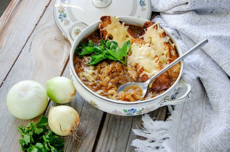 自创法国葱汤用乳酪和多士在木背景 免版税库存照片