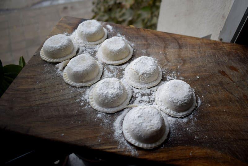 自创火腿和无盐干酪sorrentinos待售在餐馆 库存照片