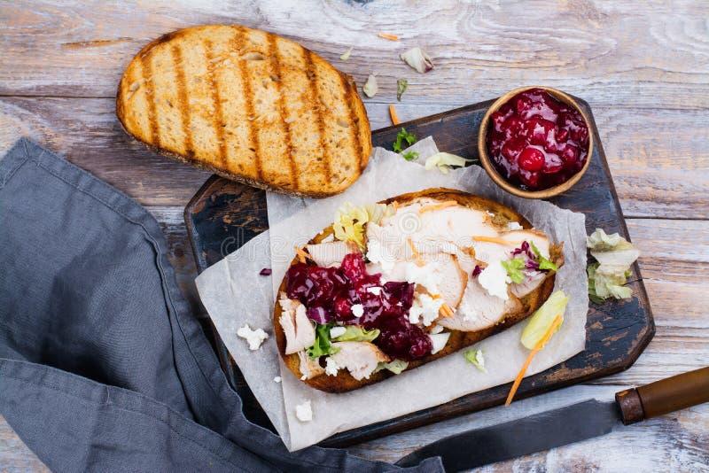 自创火鸡残余三明治用酸果蔓酱 库存照片