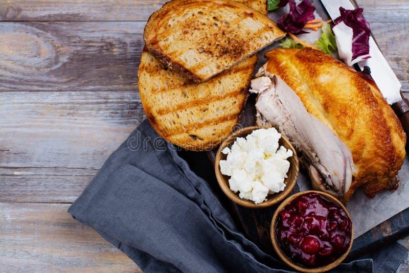 自创火鸡残余三明治的成份用酸果蔓酱 库存照片