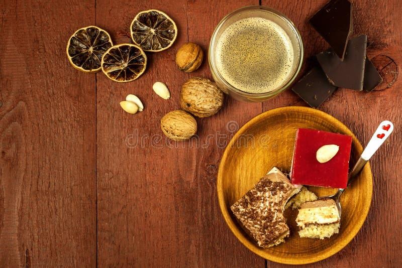 自创点心和热的咖啡 咖啡的甜点 肥胖病和糖尿病的风险 r 库存照片