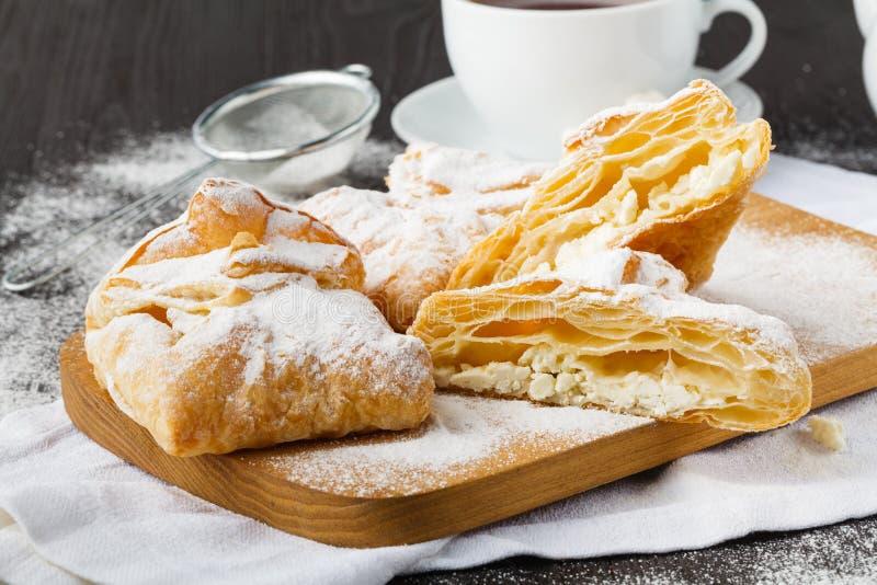 自创烘烤、曲奇饼和装饰,榨汁器用在白色木桌上的凝乳 库存照片