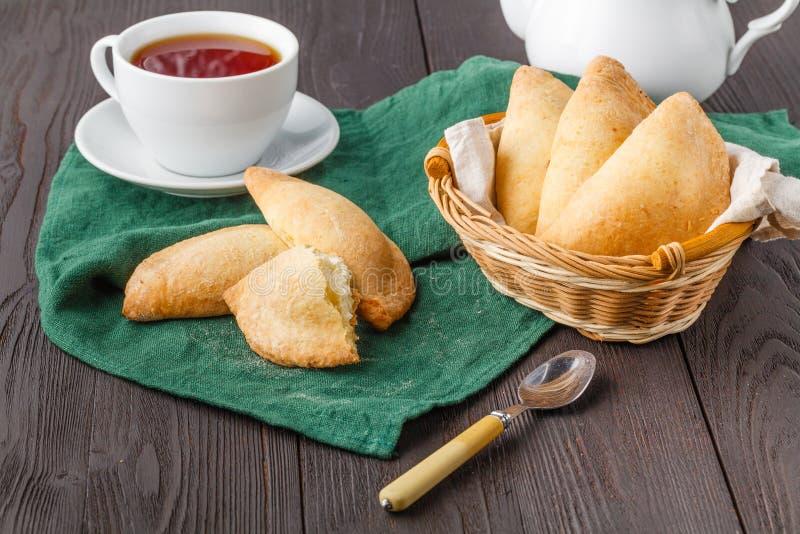 自创烘烤、曲奇饼和装饰,榨汁器用在白色木桌上的凝乳 图库摄影